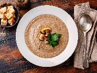 Рецепта Гъбена крем супа с печурки, челядинки и пачи крак поднесена със запържени крутони